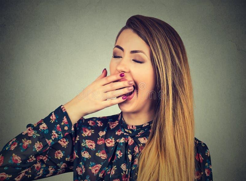 Vista de bocejo da mulher sonolento furado imagens de stock