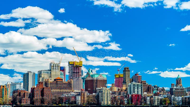 Vista de Brooklyn do East River Bikeway em Manhattan, New York fotografia de stock