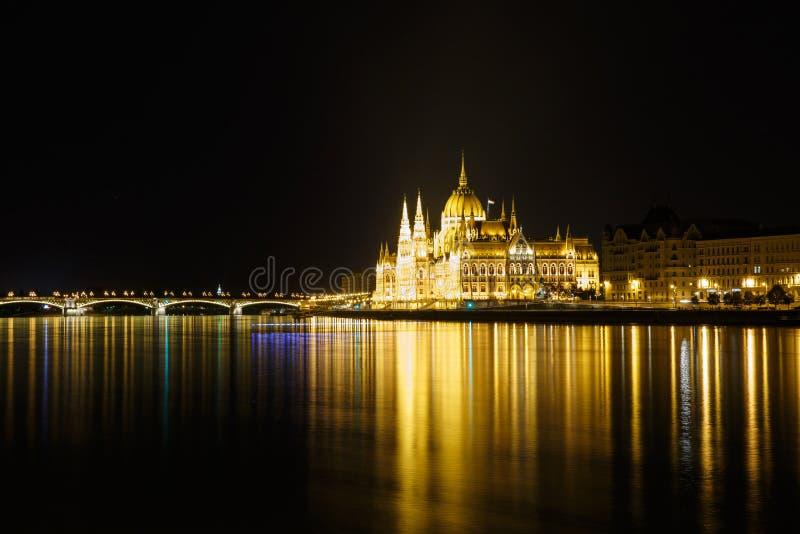 Vista de Budapest com a construção e a Margaret Bridg do parlamento foto de stock royalty free