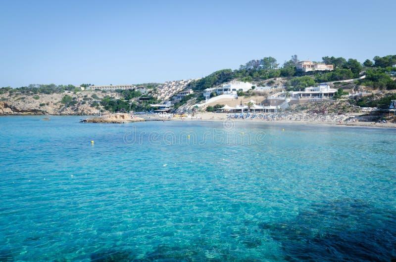 Vista de Cala Tarida con las rocas en la agua de mar de la turquesa, isla de Ibiza, España fotos de archivo libres de regalías