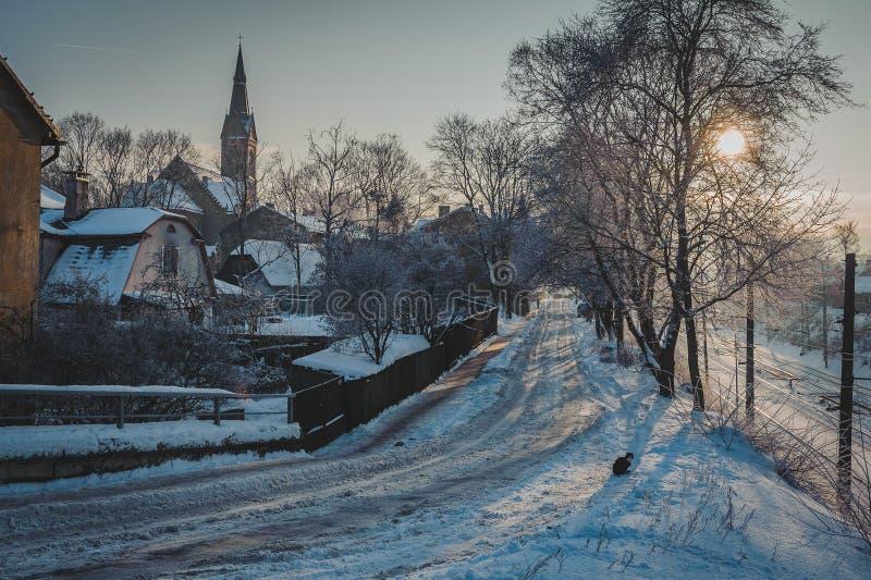 Vista de calles en el área de la ciudad con los edificios viejos Paisaje urbano del invierno con puesta del sol imagen de archivo libre de regalías