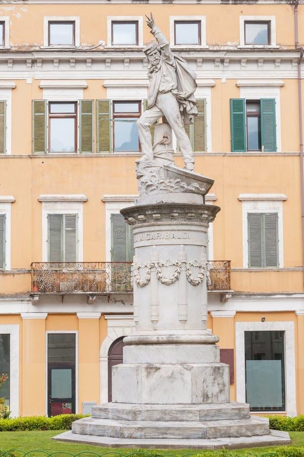 Vista de Carrara Italia, monumento de mármol a Giuseppe Garibaldi, general italiano también conocido como el héroe de los dos mun foto de archivo