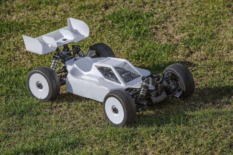 Vista de carros de competência do modelo de R/C no fundo verde Brinquedos com controlo a dist?ncia Descanso - Cofee bebendo imagens de stock