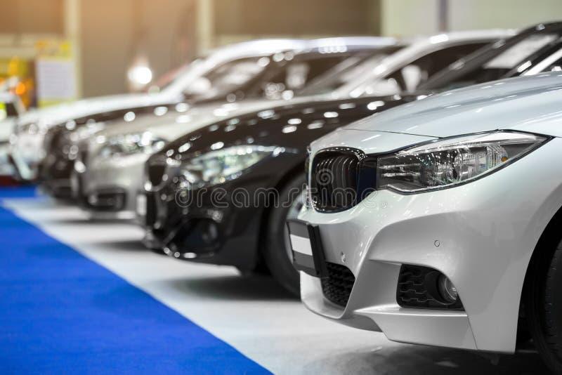 Vista de carros novos da fileira na sala de exposições imagens de stock royalty free