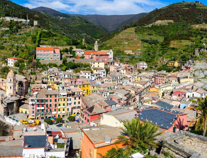 Vista de casas de Vernazza e do mar azul, parque nacional de Cinque Terre fotos de stock royalty free