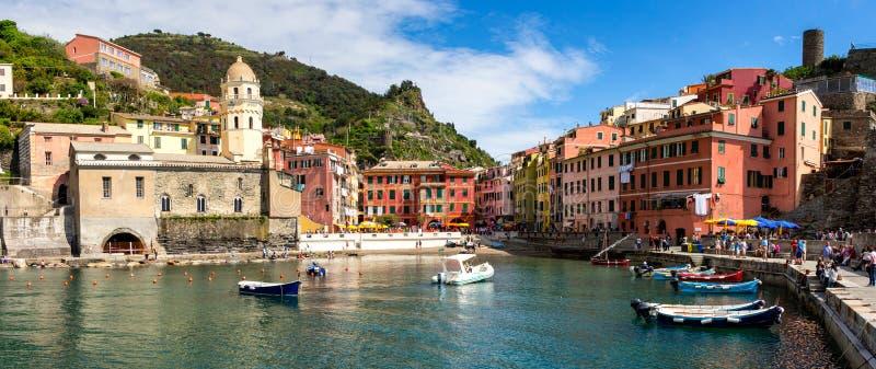 Vista de casas de Vernazza e do mar azul, parque nacional de Cinque Terre imagem de stock royalty free