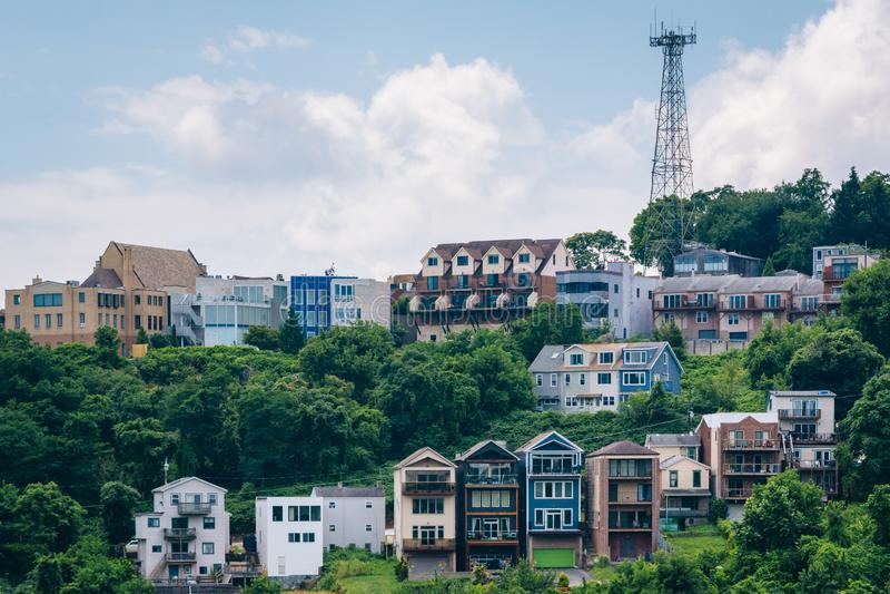 Vista de casas en una ladera en el soporte Washington, en Pittsburgh, Pennsylvania imagen de archivo libre de regalías
