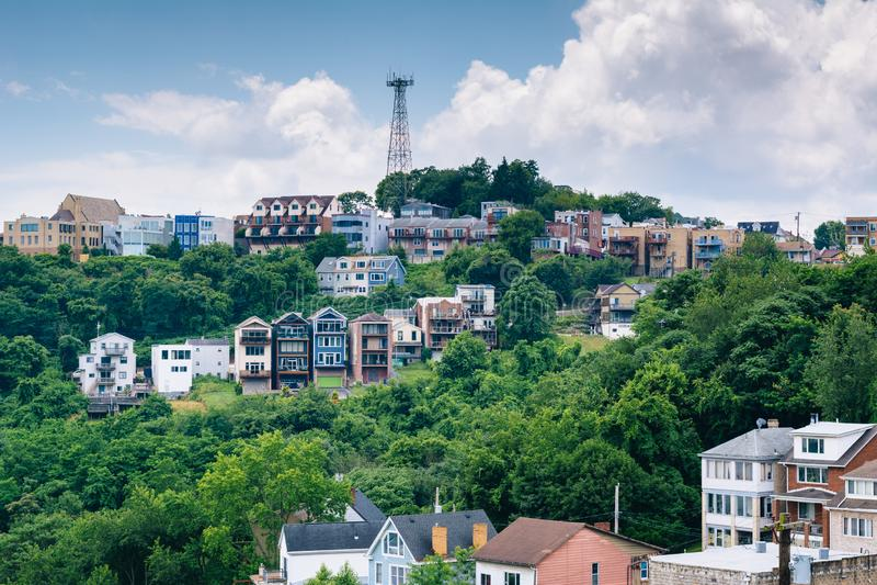 Vista de casas en una ladera en el soporte Washington, en Pittsburgh, Pennsylvania fotografía de archivo libre de regalías