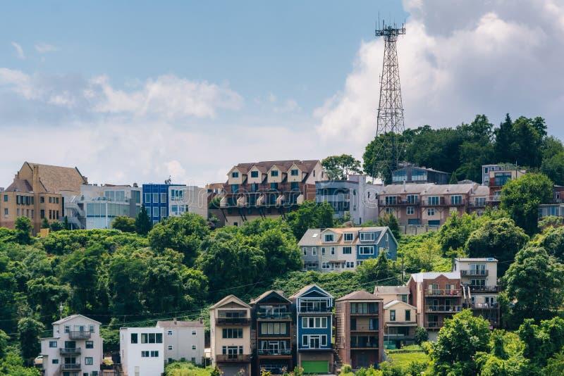Vista de casas en una ladera en el soporte Washington, en Pittsburgh, Pennsylvania foto de archivo libre de regalías