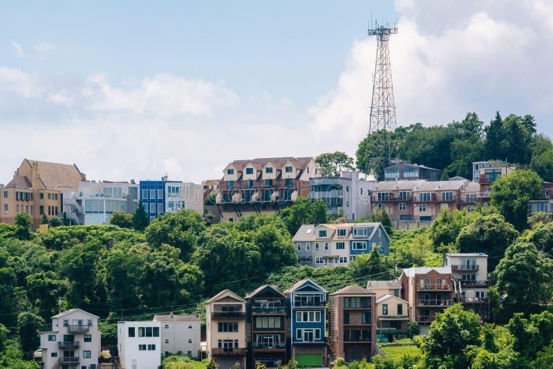 Vista de casas en una ladera en el soporte Washington, en Pittsburgh, Pennsylvania fotos de archivo