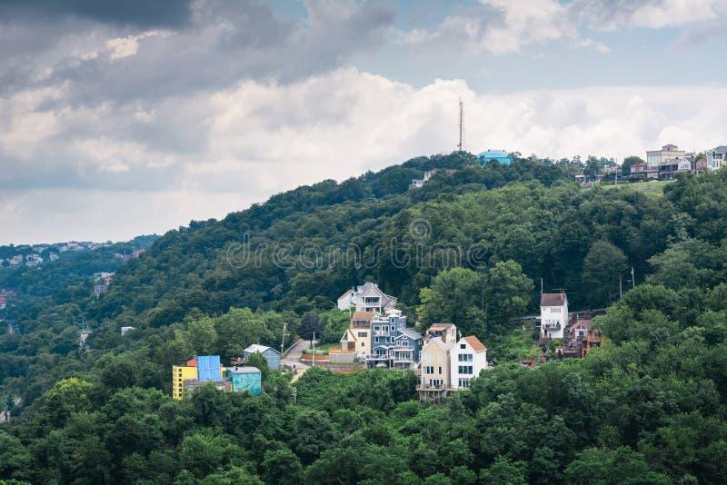 Vista de casas en una ladera en el soporte Washington, en Pittsburgh, Pennsylvania fotografía de archivo