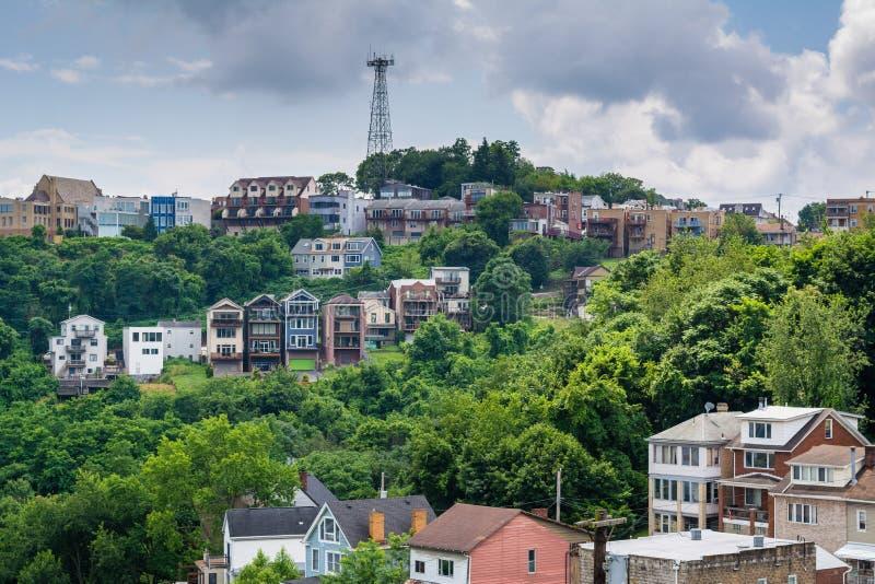 Vista de casas en una ladera en el soporte Washington, en Pittsburgh, Pennsylvania imagenes de archivo