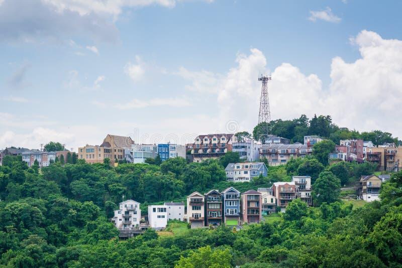 Vista de casas en una ladera en el soporte Washington, en Pittsburgh, Pennsylvania foto de archivo