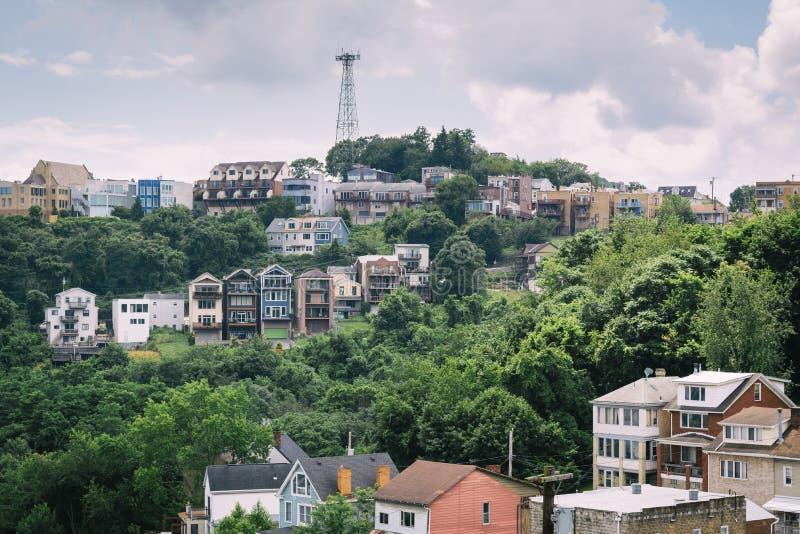Vista de casas en una ladera en el soporte Washington, en Pittsburgh, Pennsylvania imágenes de archivo libres de regalías