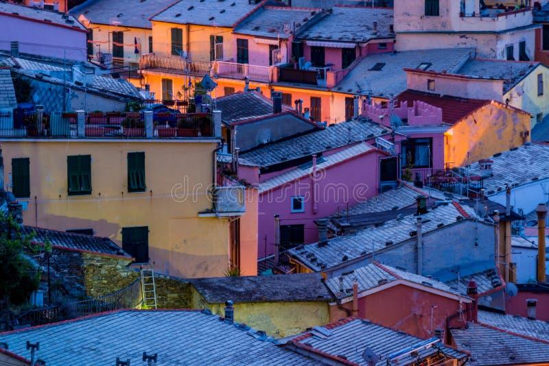 Vista de casas famosas de Vernazza do destino do marco do curso, cidade velha mediterrânea pequena do mar com porto, terre de Cin imagem de stock