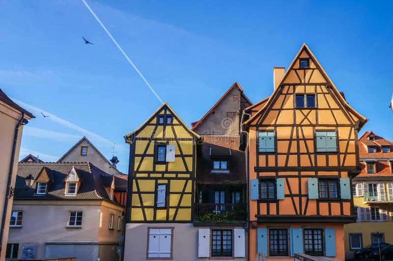 Vista de casas francesas tradicionais coloridas na vila de Colmar, fotos de stock royalty free