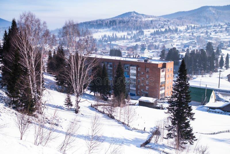 Vista de casas residenciais no urbano-tipo pagamento de Sheregesh, montanha Shoria, Sibéria imagem de stock royalty free