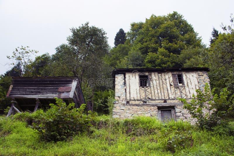 Vista de casas tradicionais, de madeira no platô alto fotos de stock