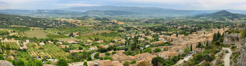 Vista de casas y de campos circundantes en los les Apartamento, Francia del St Saturnin foto de archivo