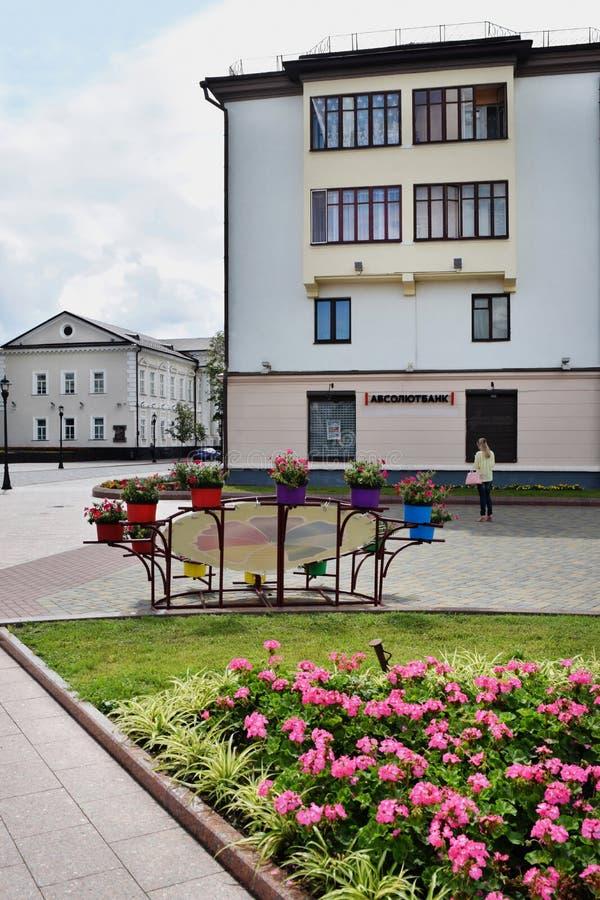 Vista de casas y del césped en el centro de Grodno fotografía de archivo