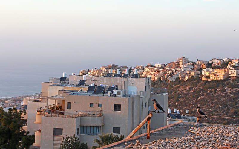 Vista de casas y del mar fotografía de archivo
