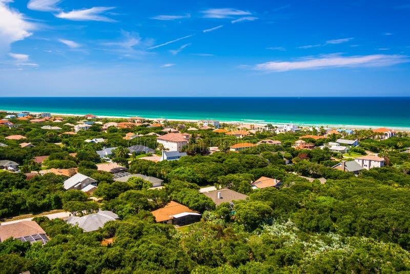 Vista de casas y del Océano Atlántico de Ponce de Leon Inlet L imágenes de archivo libres de regalías