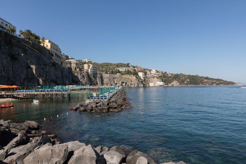 Vista de casas y de hoteles en los acantilados en Sorrento Golfo de Nápoles, Campania, Italia fotografía de archivo