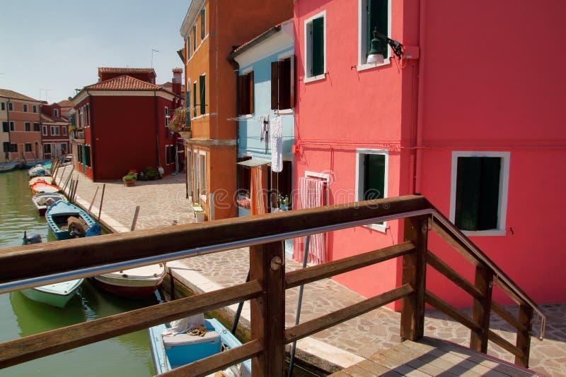 Vista de casas y de la calle coloridas en el Burano Venecia Italia imagen de archivo