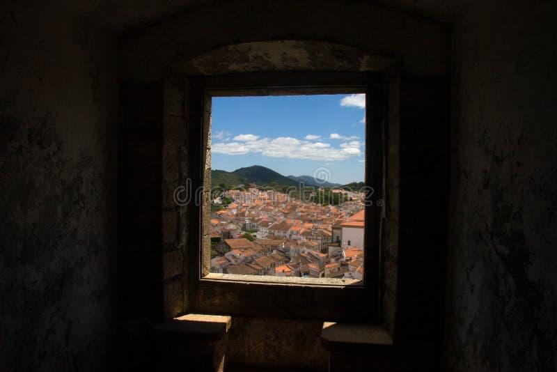 Vista de Castelo de vide através de uma janela do Ca imagens de stock