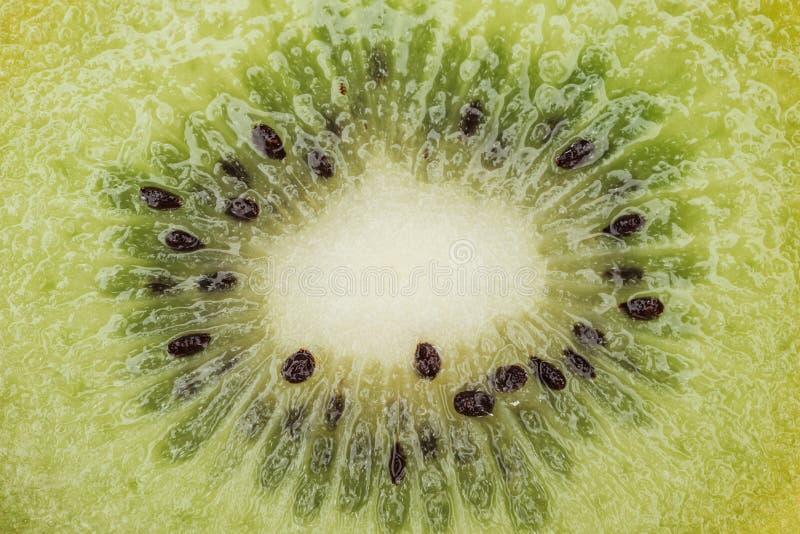 Vista de cerca de kiwi verde fresco y nutritivo cortado con semillas negras imágenes de archivo libres de regalías
