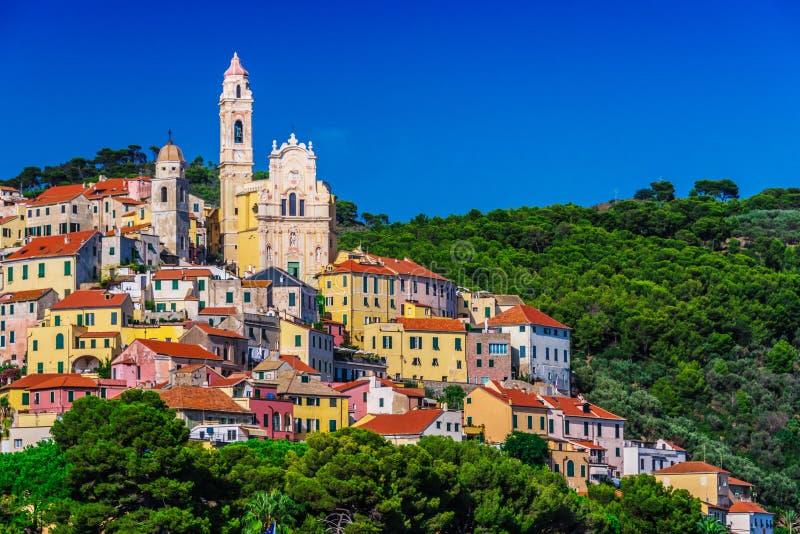 Vista de Cervo na província dos impérios, Liguria, Itália fotografia de stock
