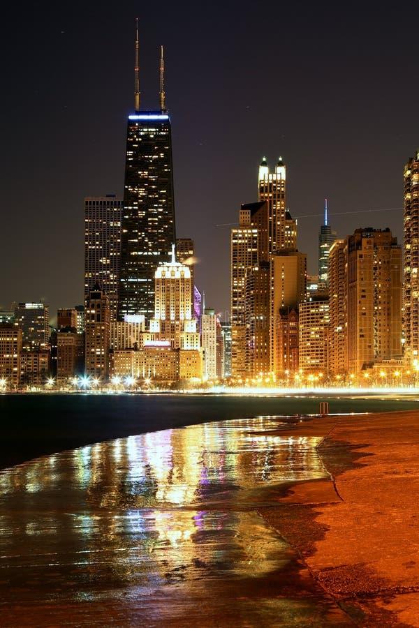 Vista de Chicago céntrica en el duskView de Chicago y del lago Michigan céntricos después de la puesta del sol foto de archivo