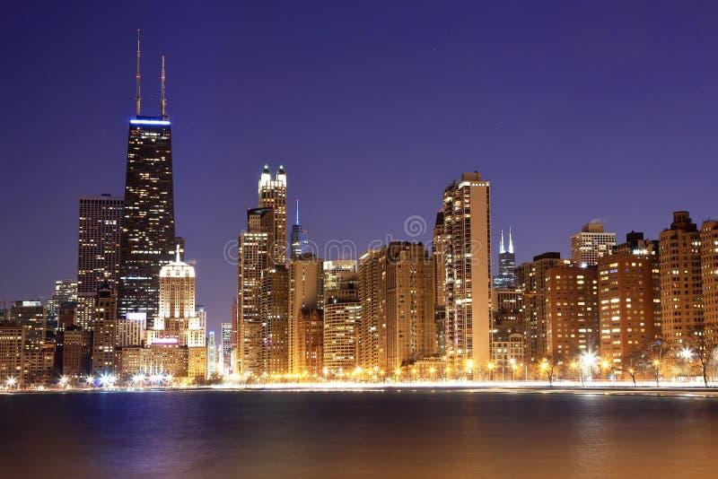 Vista de Chicago céntrica en la oscuridad fotos de archivo libres de regalías