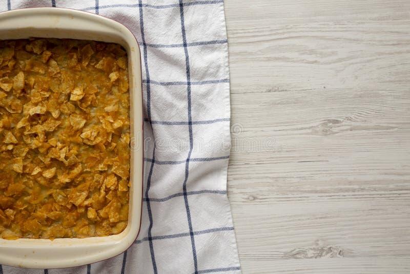 Vista de cima, Batatas Funerais Homemedidas Casserole em um prato Carga plana, sobrecarga, de cima Copiar espaço fotos de stock royalty free