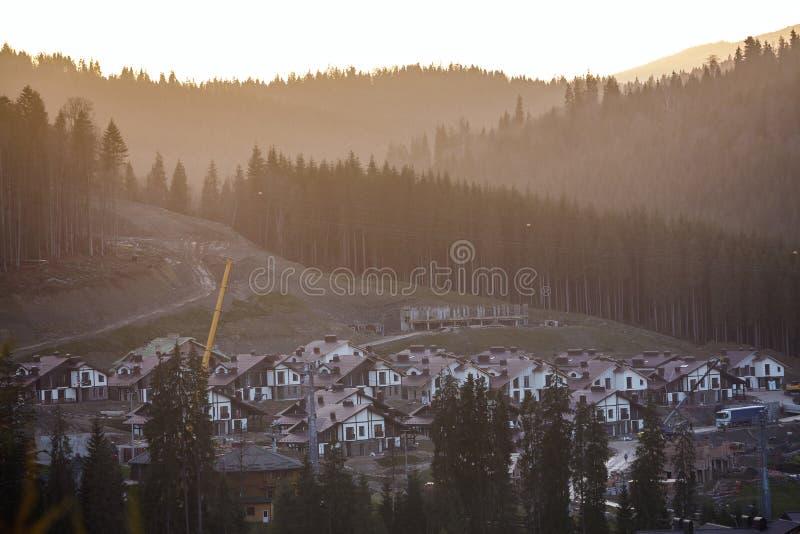 Vista de cima da estância turística da casa de campo no vale da montanha entre fotografia de stock