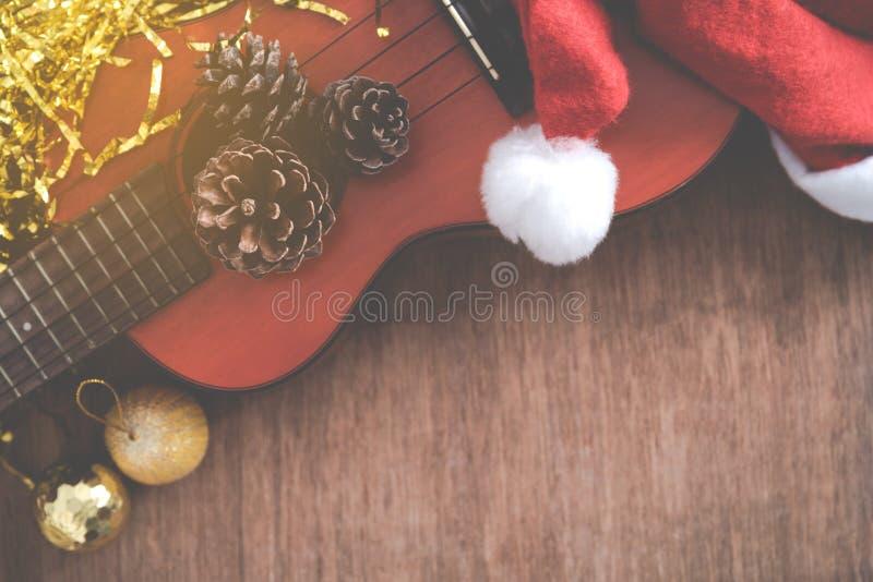 Vista de cima do fundo do Natal com grãos e uquelele do pinho foto de stock royalty free