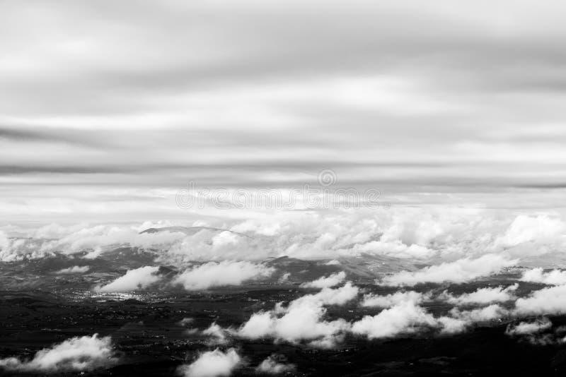 Vista de cima do vale de Úmbria, com cloudscape acima e abaixo de fotos de stock