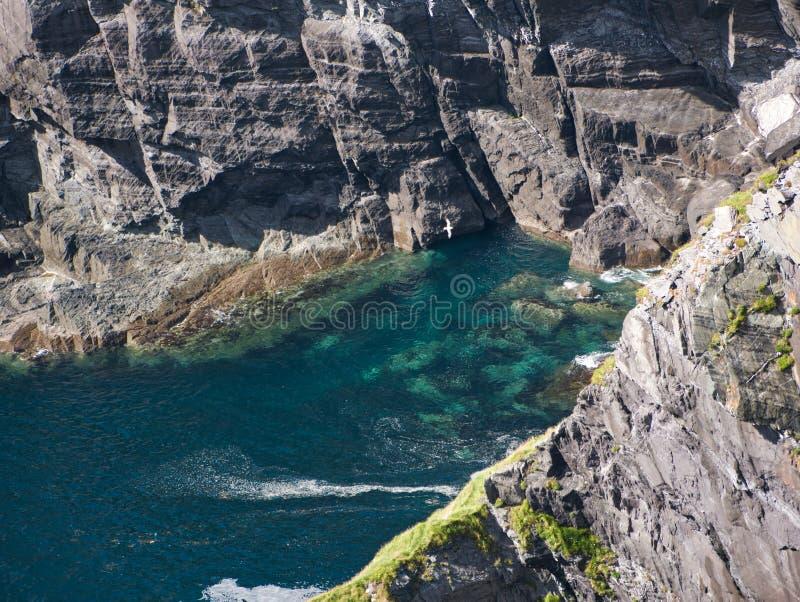 Vista de cima em uma baía no penhasco do Kerry foto de stock royalty free
