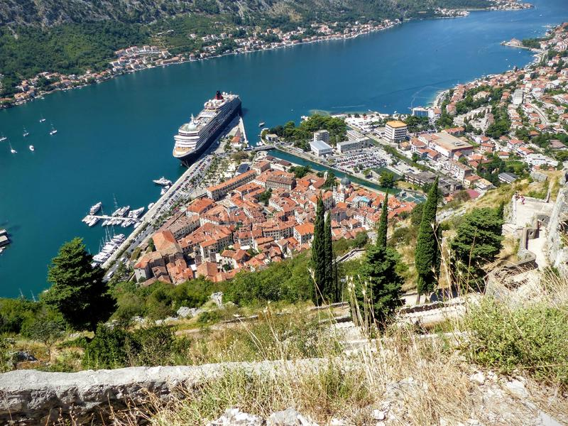 Vista de cima de Kotor com sua baía, seu porto e um cruzeiro grande estacionados montenegro fotos de stock