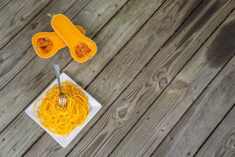 Vista de cima de massas saudáveis de abóbora de borboleta com garfo preso na massa fotografia de stock