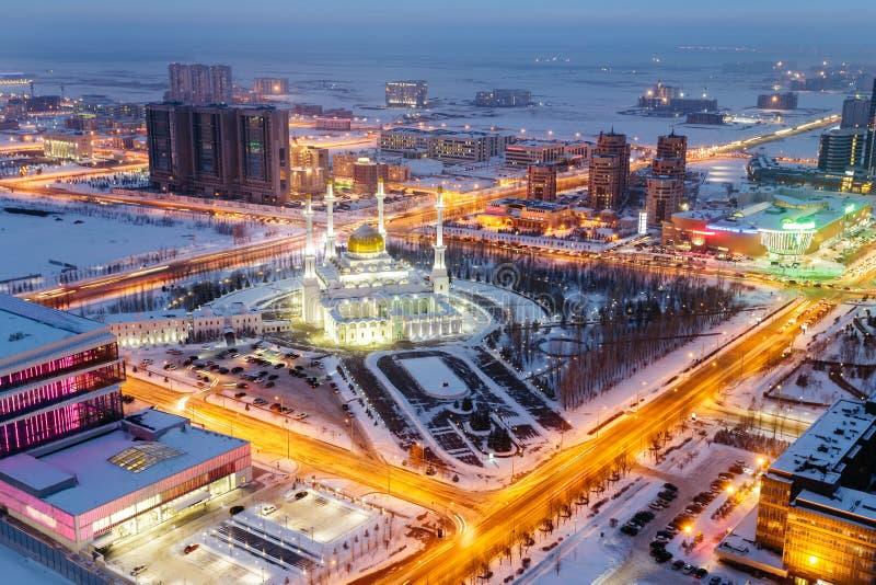 Vista de cima na mesquita da noite de Nur Astana em Astana, Cazaquistão fotografia de stock