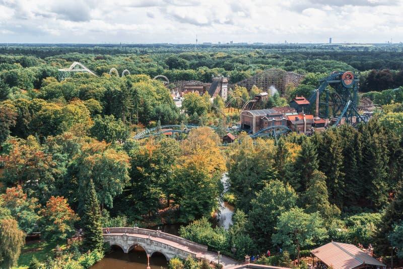 Vista de cima nas várias montanhas russas no divertimento foto de stock royalty free