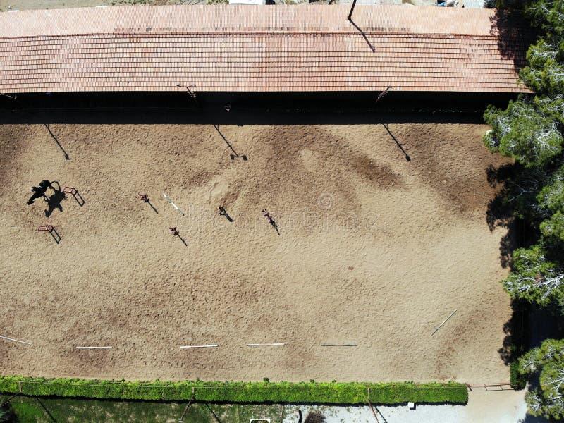 Vista de cima no clube da equitação Criado pelo zangão na ilha ensolarada Chipre fotografia de stock royalty free