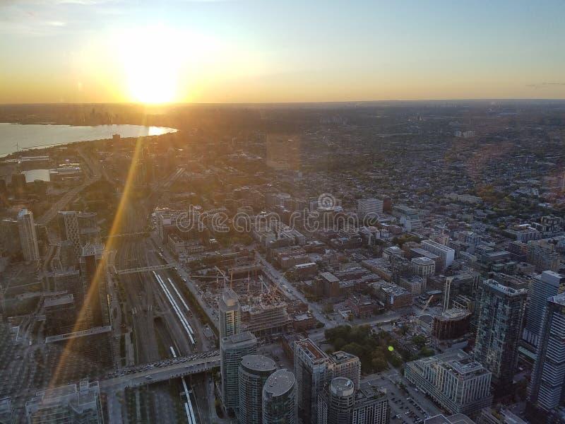 Vista de cima no pôr do sol perto do lago de Ontário imagem de stock