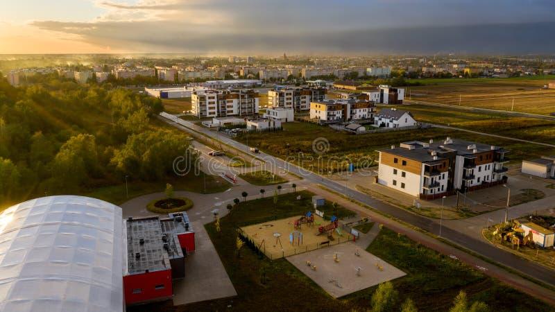 Vista de cima nos bens imobiliários em Ostrow Wielkopolski fotos de stock
