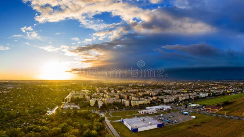 Vista de cima nos bens imobiliários em Ostrow Wielkopolski no Polônia fotos de stock