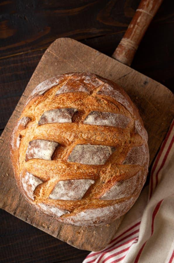 Vista de cima de pão de Artisan fresco assado fotografia de stock