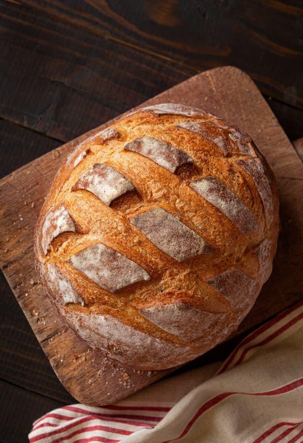Vista de cima de pão de Artisan fresco assado imagem de stock royalty free