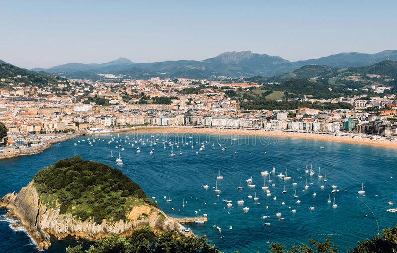 Vista de cima de San Sebastian, Espanha no país Basque foto de stock royalty free