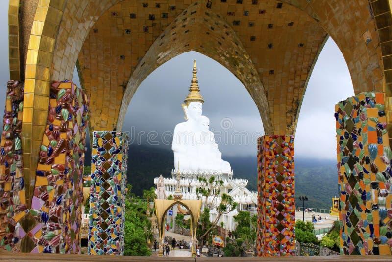 Vista de cinco Budas de assento brancas quadro através das colunas do mosaico em Pha Sorn Kaew, Khao Kor, Phetchabun, Tailândia fotografia de stock